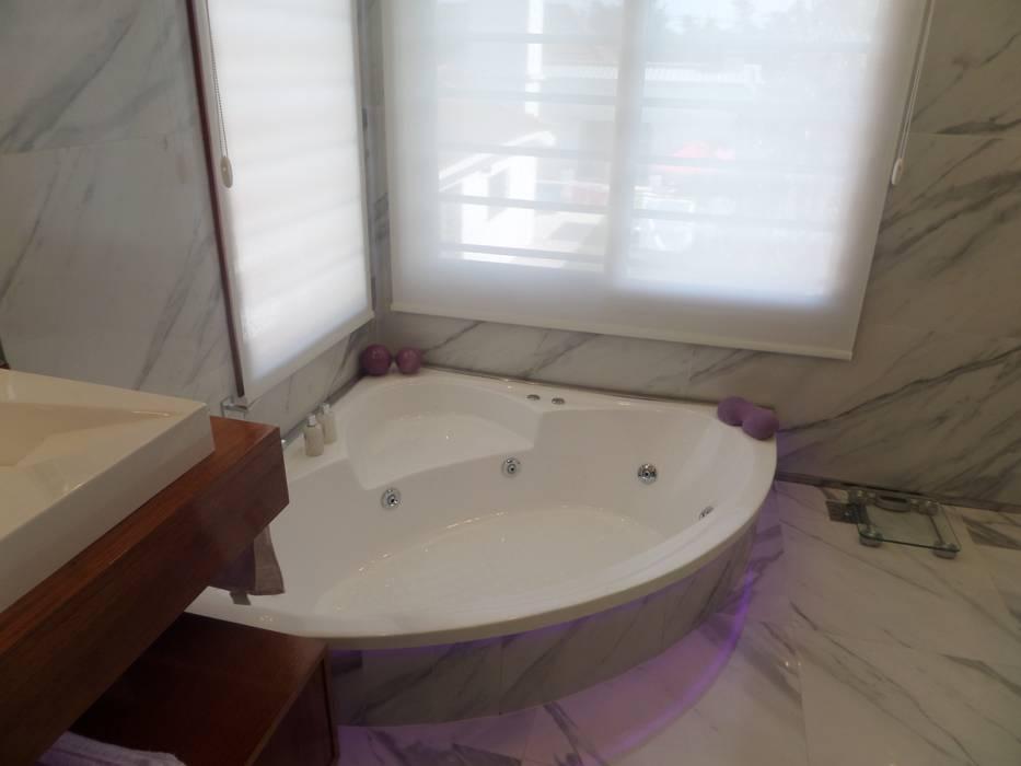 Baño en Suite: Baños de estilo  por Himis, Habis y Haim