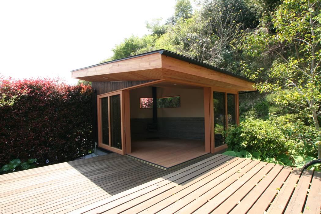 離れの小屋、ウッドデッキ モダンな 家 の 藤井伸介建築設計室 モダン