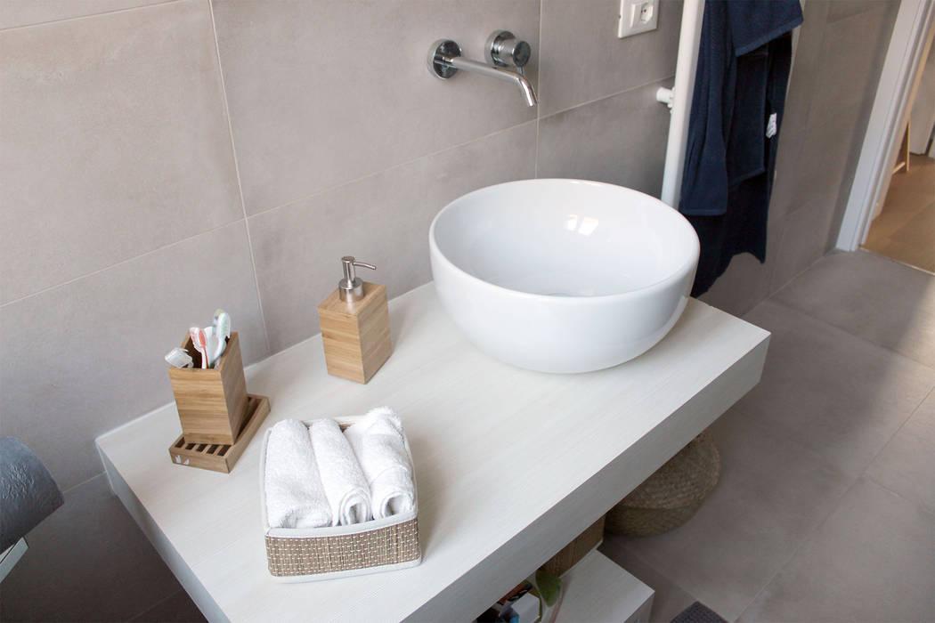 Bagno principale: Bagno in stile in stile Moderno di redesign lab