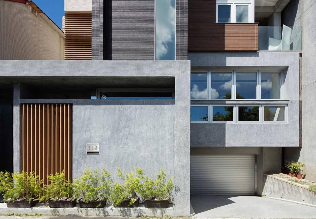 材質的表情 現代房屋設計點子、靈感 & 圖片 根據 前置建築 Preposition Architecture 現代風