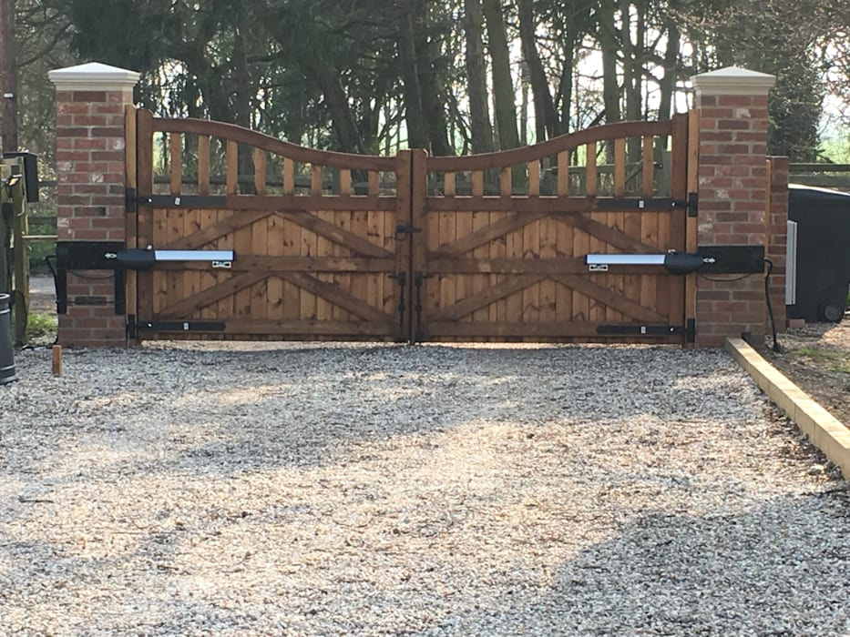 Automated existing gate ZENTIA Rustic style houses
