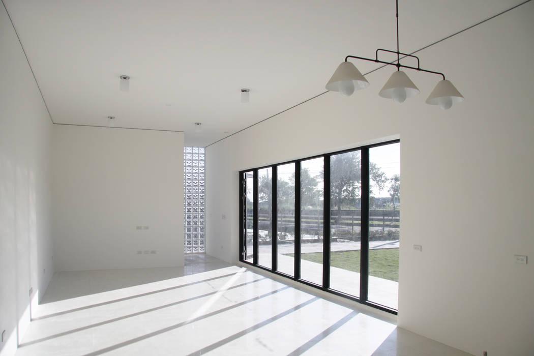 建築就是室內:  客廳 by 賴人碩建築師事務所