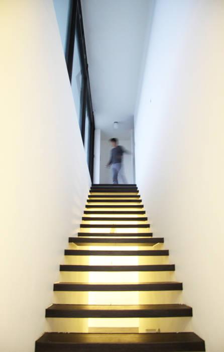 輕盈穿透的階梯:  走廊 & 玄關 by 賴人碩建築師事務所