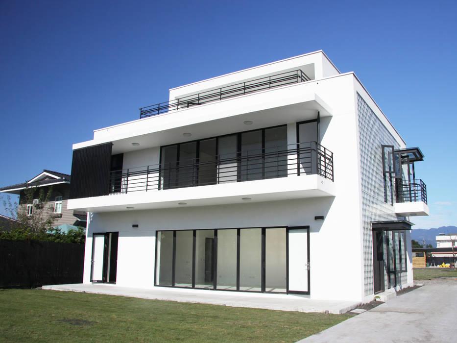 白色的透明盒子:  房子 by 賴人碩建築師事務所