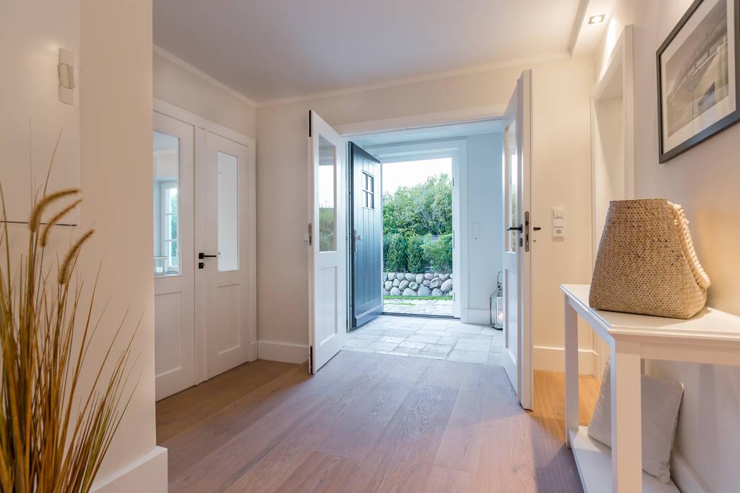 Homestaging nach Hausumbau in Westerland auf Sylt Moderner Flur, Diele & Treppenhaus von Home Staging Sylt GmbH Modern