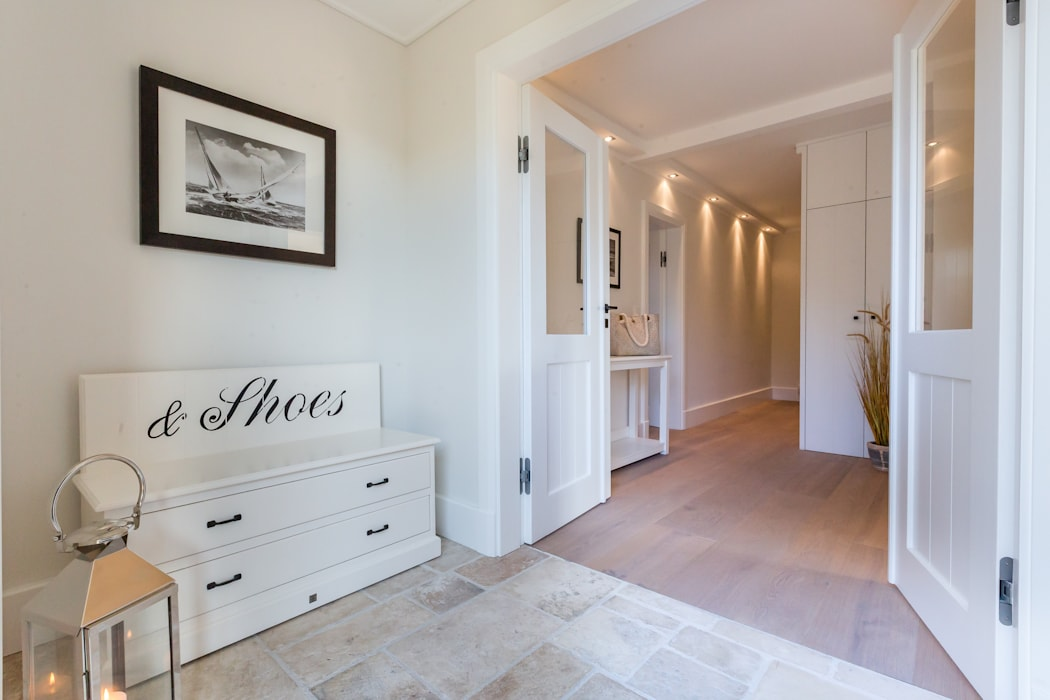 Modern Corridor, Hallway and Staircase by Home Staging Sylt GmbH Modern