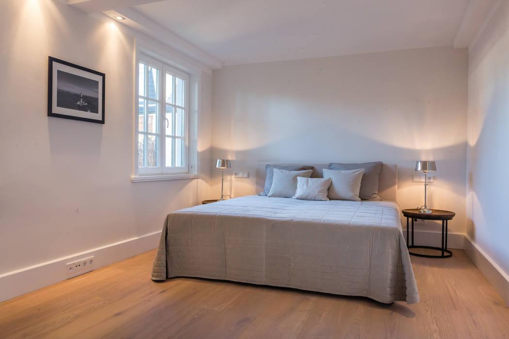 Phòng ngủ phong cách hiện đại bởi Home Staging Sylt GmbH Hiện đại