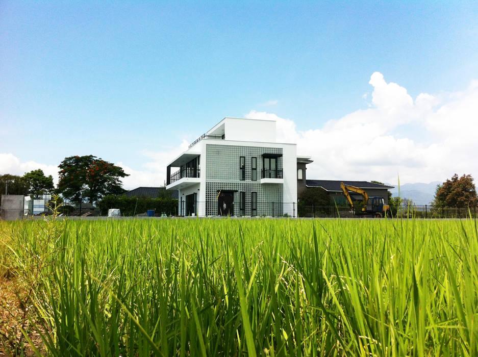 水稻田中的小屋 現代房屋設計點子、靈感 & 圖片 根據 賴人碩建築師事務所 現代風 玻璃