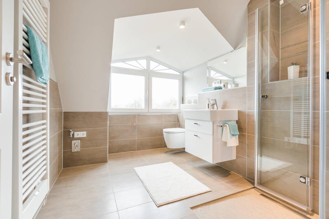 Einrichtung Musterwohnung in Westerland auf Sylt Moderne Badezimmer von Home Staging Sylt GmbH Modern