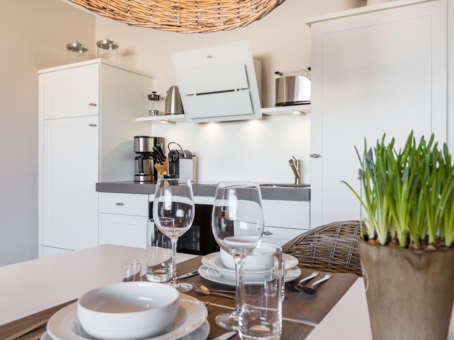 Sanierung & Einrichtung einer FeWo in der Friedrichstrasse in Westerland: modern  von Home Staging Sylt GmbH,Modern