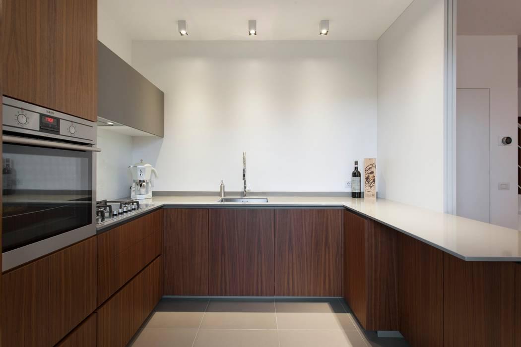 Cucina noce canaletto e fenix grigio londra: cucina in stile di ...