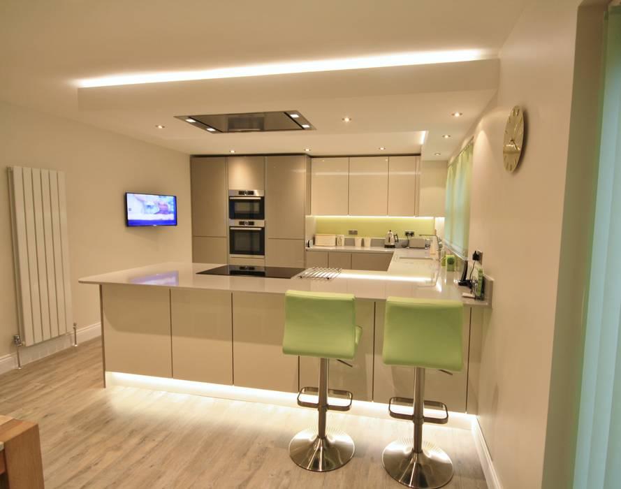 Modern Gloss handless kitchen :  Kitchen by Kitchencraft