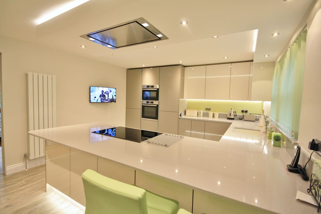 Modern Handless Gloss kitchen design:  Kitchen by Kitchencraft