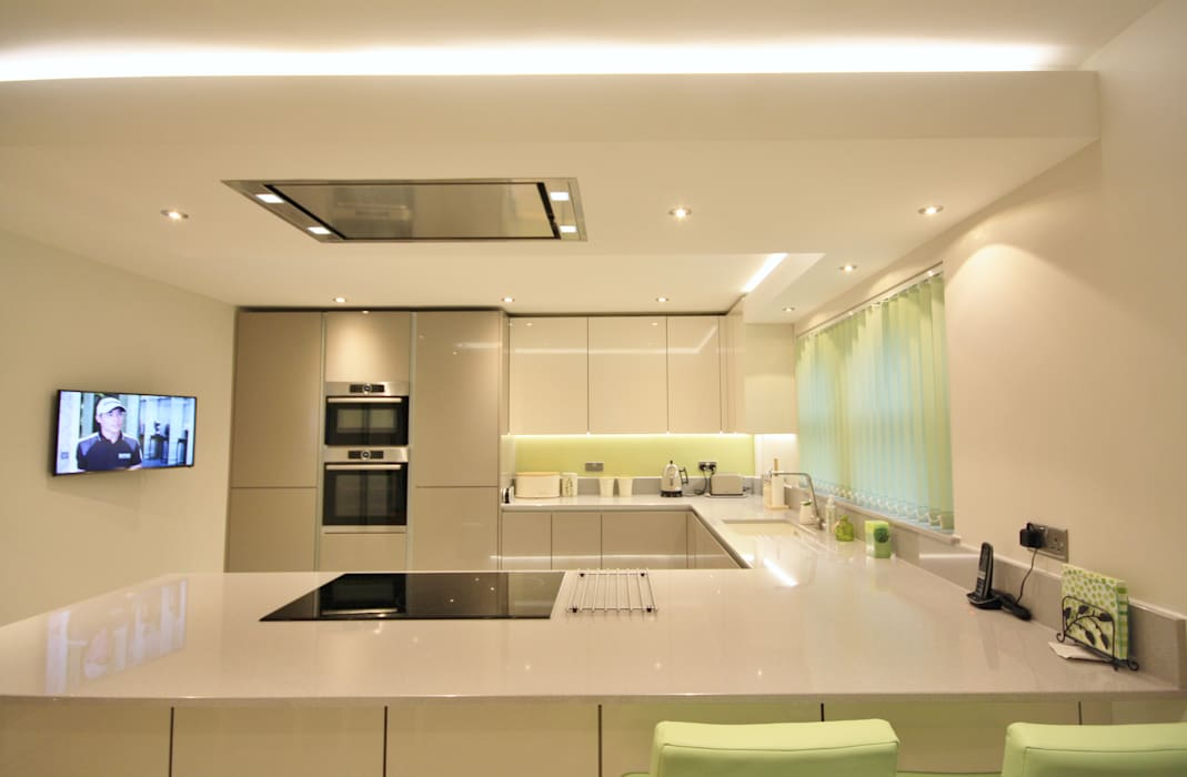 Gloss handless kitchen design:  Kitchen by Kitchencraft