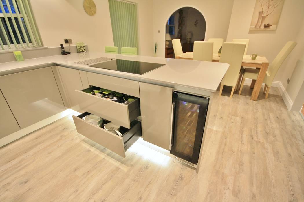 Gloss handless kitchen design: modern Kitchen by Kitchencraft
