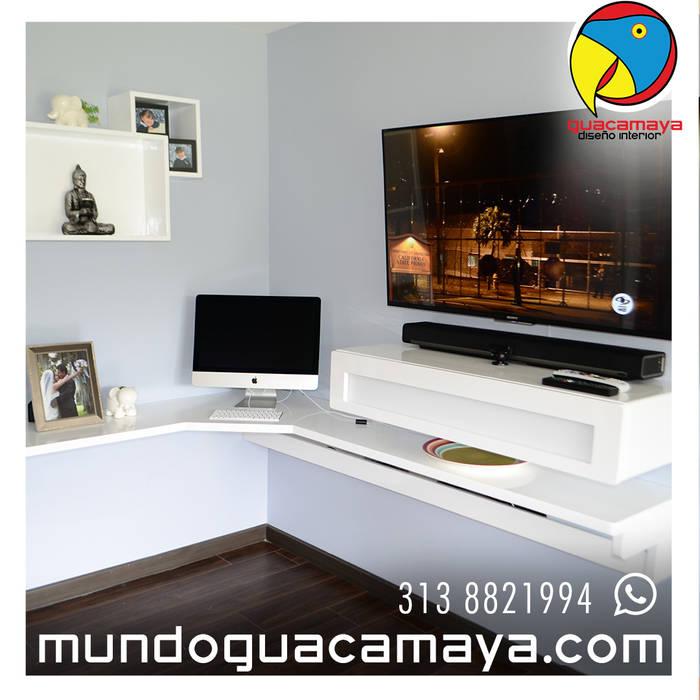 CENTRO DE TV Y ESTUDIO: Estudios y despachos de estilo  por Guacamaya Diseño Interior