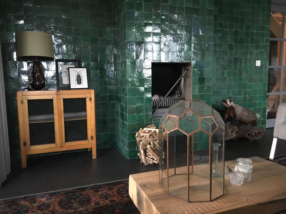 Tegels tegen de wand en open haard:  Woonkamer door Designtegels