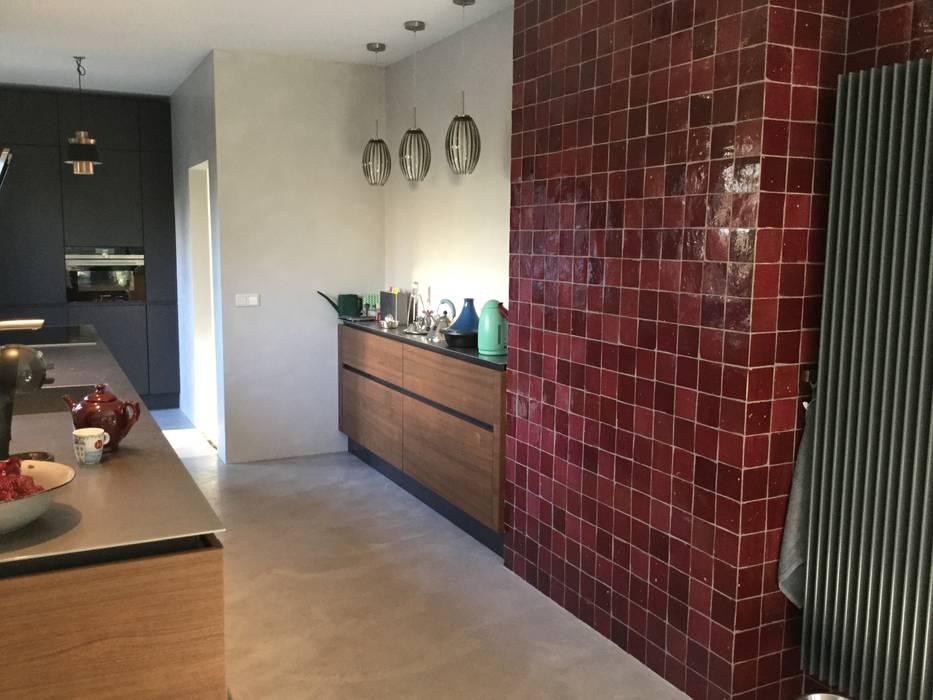 Industrieel Keuken Tegels : Strakke industriele keuken met een muur vol tegels keuken door