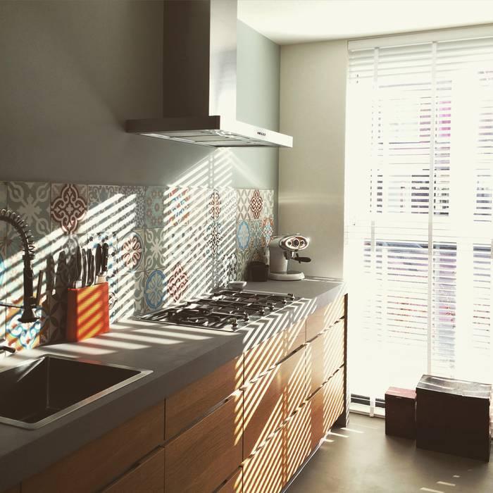 sprankelende keuken met kleurrijke spatwand:  Keuken door Designtegels