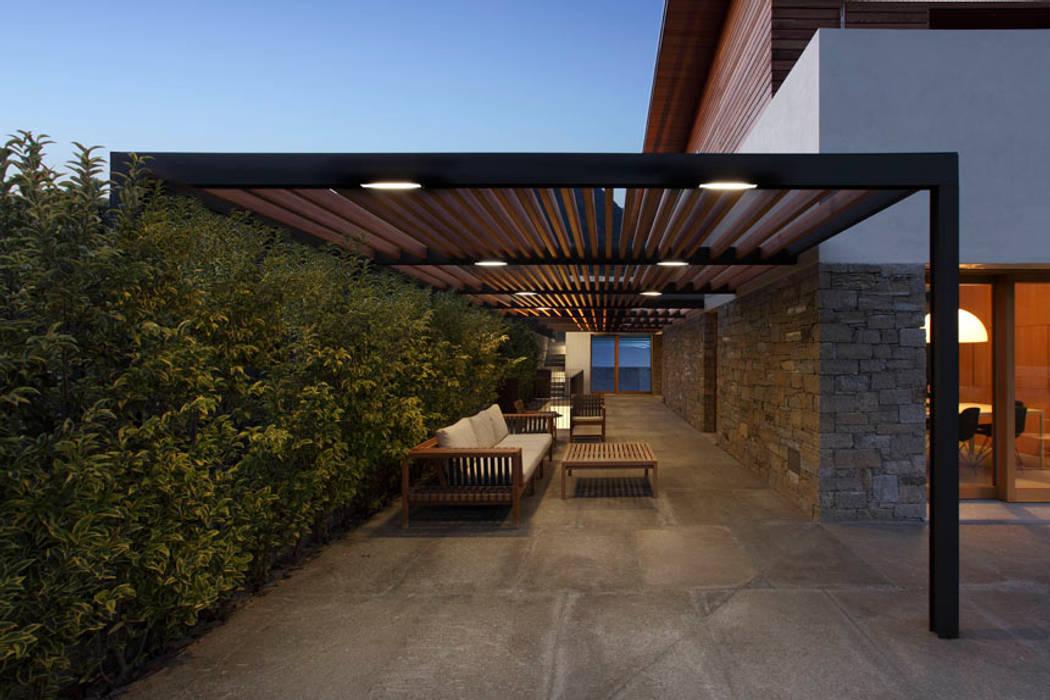 Casa GT a Postalesio, Sondrio (con LFLarchitetti, 2007-11): Terrazza in stile  di sergio fumagalli architetto