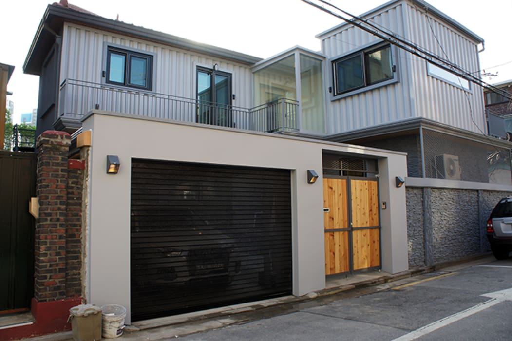 Modern Garage and Shed by SPACEHWA Modern
