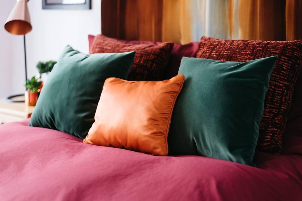 Master Bedroom cushions :  Bedroom by Katie Malik Interiors