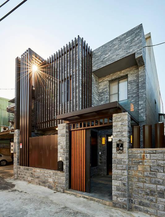 Casas de estilo clásico de 世家新室內裝修公司 Clásico