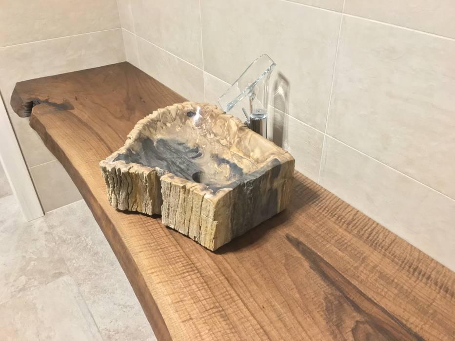 Top bagno di design con lavello in legno: bagno in stile di bruno ...