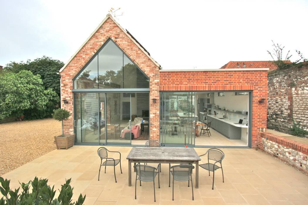 Brancaster, North Norfolk, UK: classic Kitchen by Laura Gompertz Interiors Ltd