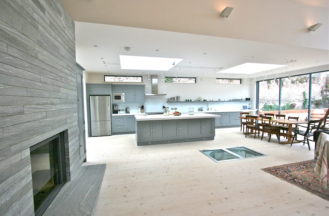 Brancaster, North Norfolk, UK:  Kitchen by Laura Gompertz Interiors Ltd