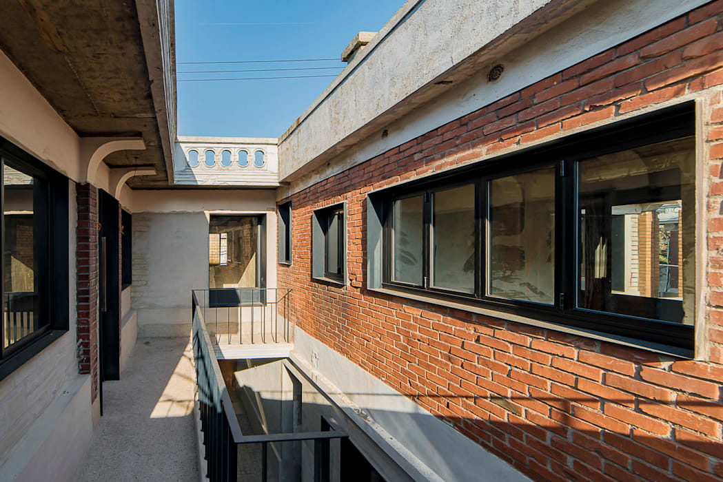 Houses by atelier longo 아뜰리에 롱고, Modern Bricks