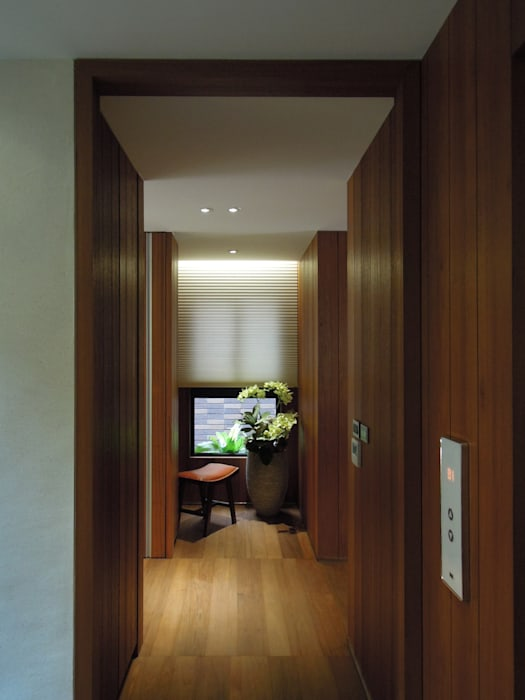 Modern Corridor, Hallway and Staircase by 構築設計 Modern