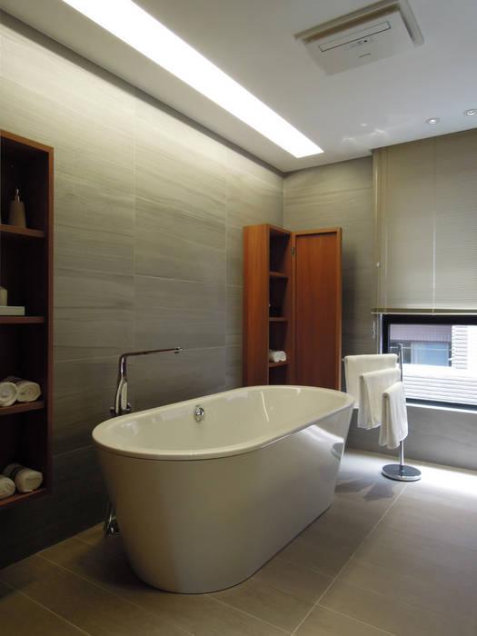 Modern bathroom by 構築設計 Modern