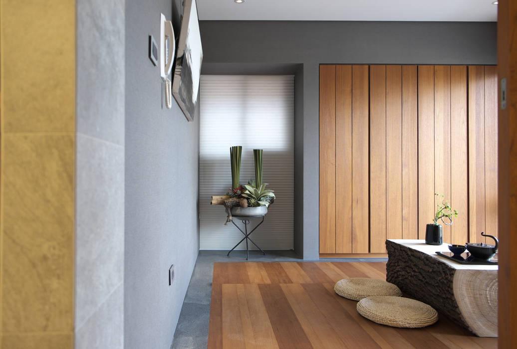 構築設計 Oficinas y bibliotecas de estilo moderno