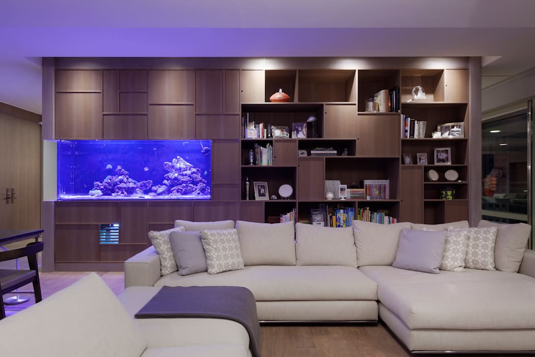 Salas multimedia de estilo  de  何侯設計   Ho + Hou Studio Architects ,
