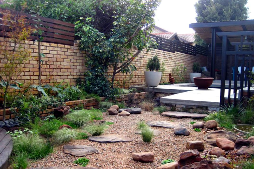 Working with walls Modern style gardens by Young Landscape Design Studio Modern