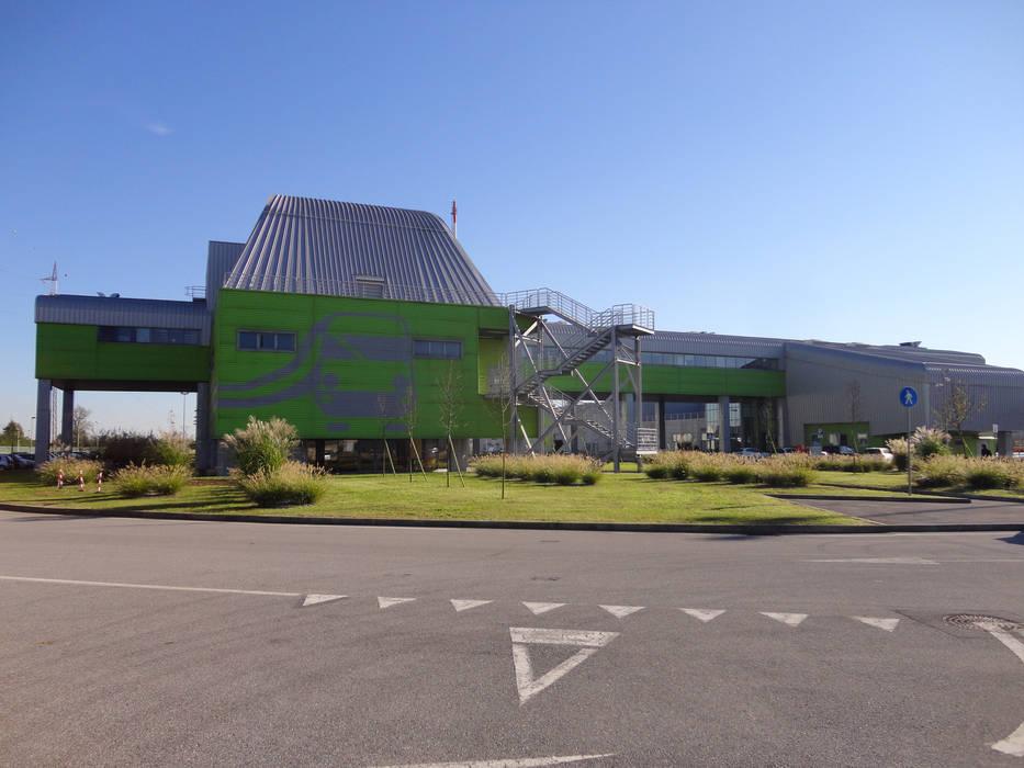 Buffalora Maintenance Depot: Garage/Rimessa in stile in stile Industriale di Studio Associato di architettura MBiM
