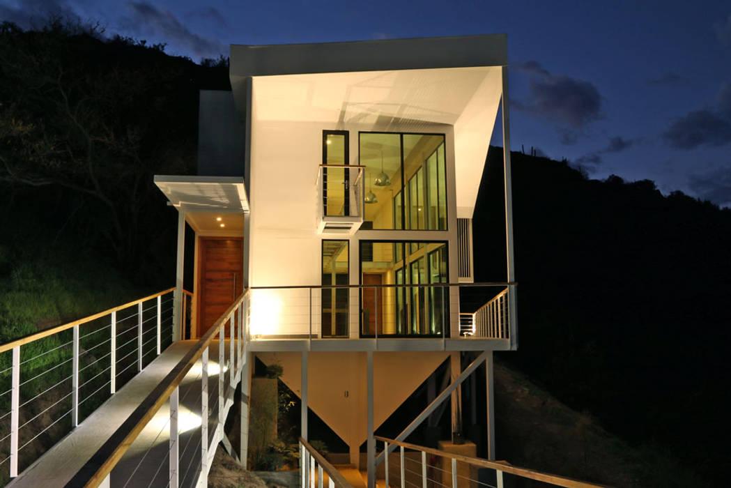 FACHADA ORIENTE DE NOCHE: Casas de estilo  por Directorio Inmobiliario