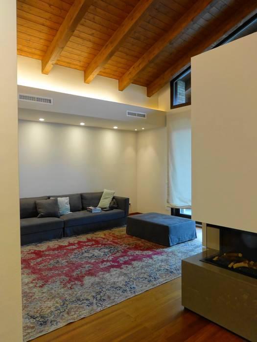 Zona relax: Soggiorno in stile in stile Moderno di Mariapia Alboni architetto