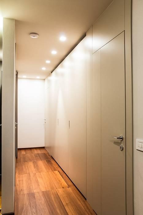 Ingresso zona notte: Ingresso & Corridoio in stile  di Mariapia Alboni architetto