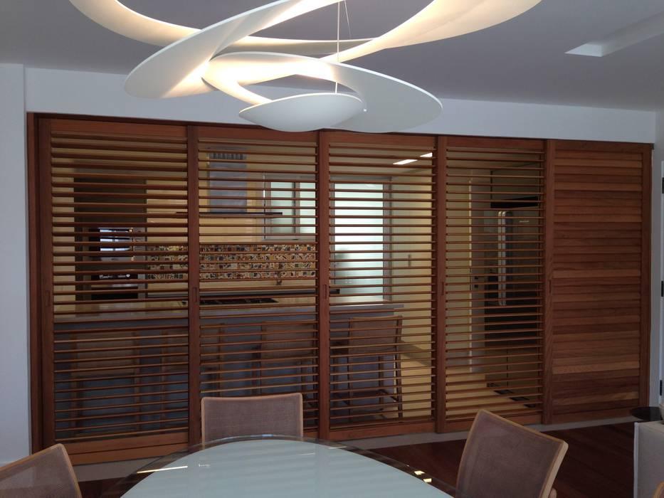 Divisão cozinha x jantar e estar Portas e janelas modernas por daniela kuhn arquitetura Moderno