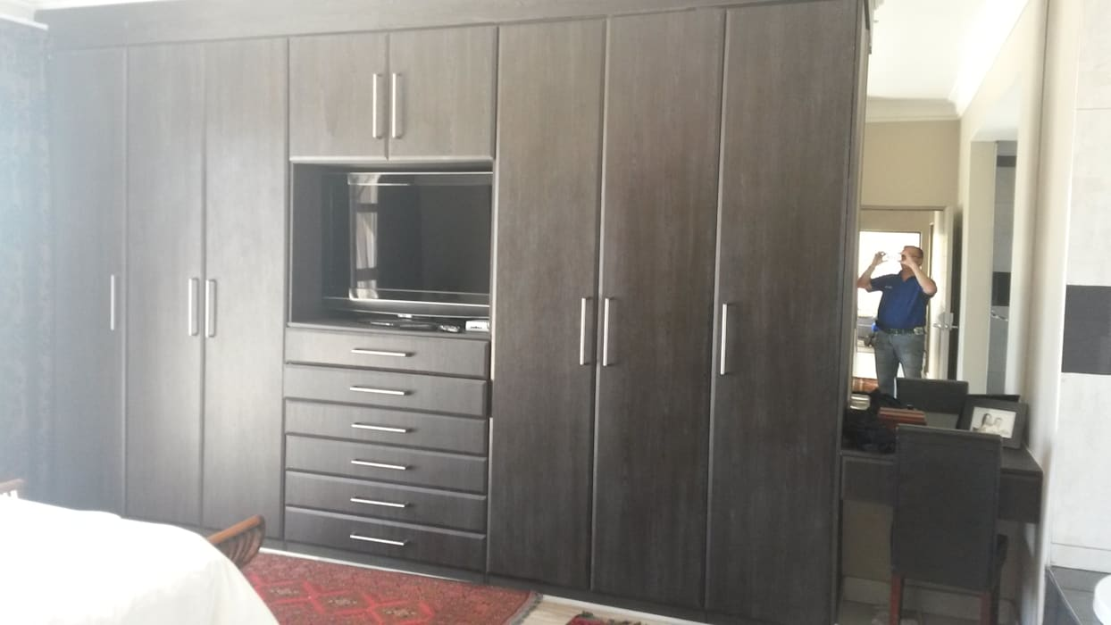 Build in Cupboard:  Bedroom by SCD Kitchens
