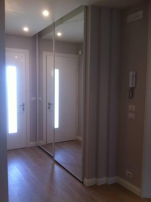 armadio scorrevole con ante a specchio in ingresso: ingresso