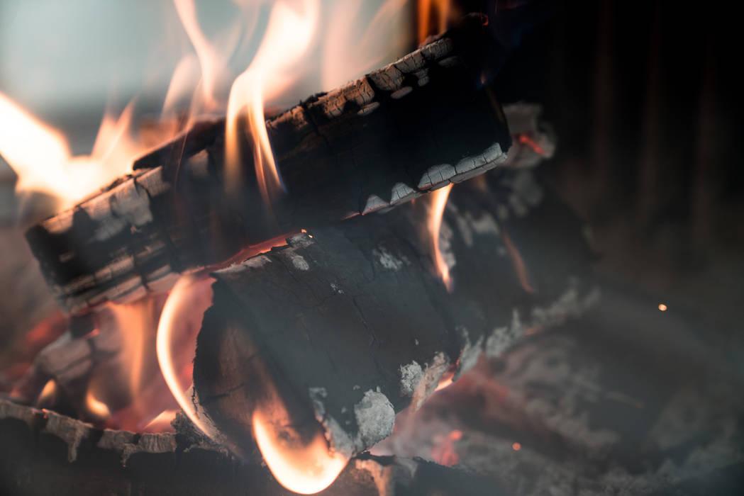 Kaminfeuer:  Wohnzimmer von kiimoto kamine