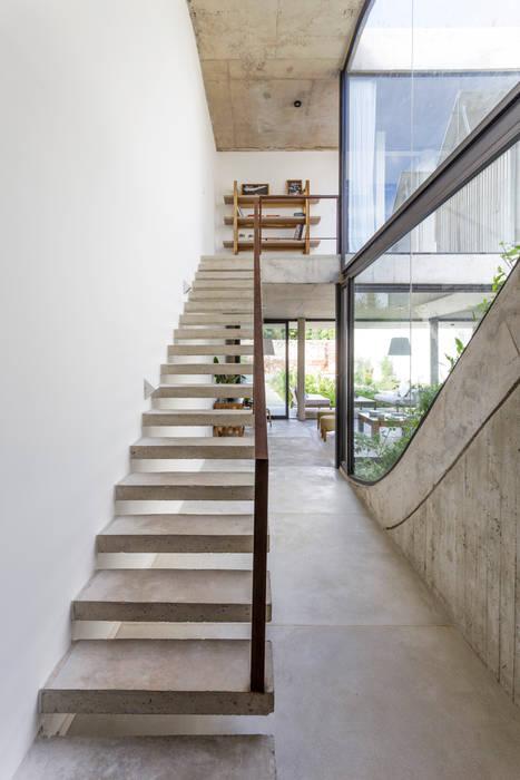 Casa MeMo - VIVIENDA UNIFAMILIAR ICONO DE LA SUSTENTABILIDAD : Pasillos y recibidores de estilo  por BAM! arquitectura