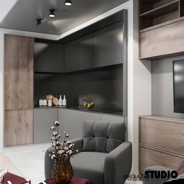 Wohnzimmer mit offener küche: küche von mikolajskastudio ...