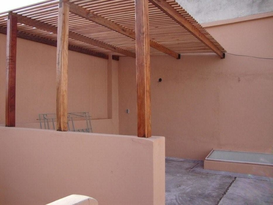 Balcones y terrazas de estilo moderno de ARQUITECTA MORIELLO Moderno