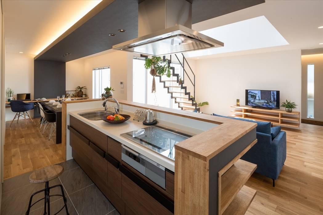 リビング・ダイニング・キッチン: LITTLE NEST WORKSが手掛けたキッチンです。,モダン