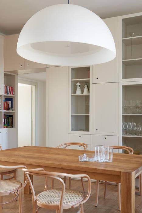 Casa sulla Darsena: Sala da pranzo in stile  di disegnoinopera, Moderno