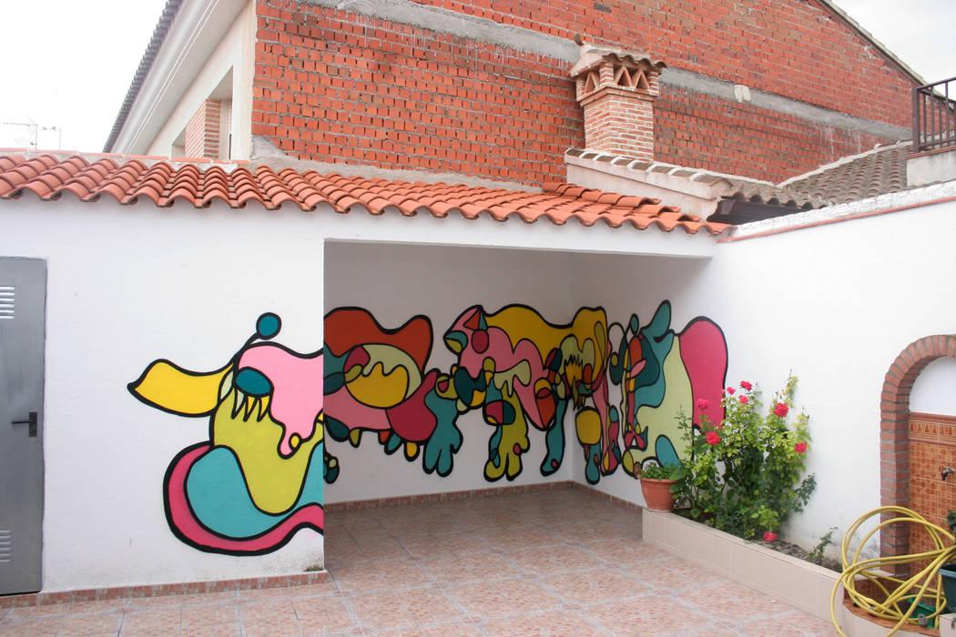 Mural en patio privado, Talavera de la Reina Balcones y terrazas mediterráneos de homify Mediterráneo